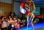 Carine Felizardo desfilou com uma manta dupla face, que trazia de um lado a bandeira do Brasil e do outro a do Pará