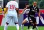 Emerson protege bola sob a marcação de Lucas Farias
