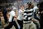 Um grupo de corintianos e policiais se enfrentou na área externa do Aeroporto Internacional de Guarulhos, em confronto com gás lacrimogêneo e balas de borracha. Torcedores tiveram que correr no momento em que acabou a festa de vez