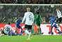 Apesar do goleiro Cech não estar mais no lance, o Chelsea ainda contava com três jogadores debaixo da trave para tentar tirar a bola