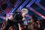 """Miley Cyrus decidió acariciar las bubis de una de las integrantes de su cuerpo de baile, en medio de su presentación en el """"VH1 Divas"""" 2012, realizado en el Shrine Auditorium de Los Ángeles el 16 de diciembre de 2012. Por si fuera poco, Cyrus mostró sus abdominales de acero y tal vez guiada por la emoción del espectáculo, se lanzó al público, por lo que miles de manos rosaron su delicada anatomía. Goza con las mejores imágenes del show a continuación."""