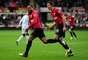 Com a bola rolando, o líder Manchester United saiu na frente no marcador aos 15min do primeiro tempo, com o lateral francês Patrice Evra