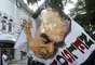 Na solenidade, torcedores do Fluminense balançaram bandeiras com o rosto do ex-jornalista
