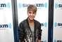 Justin luce una chaqueta animal print y unos jeans negros un look bastante juvenil.