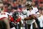 Los Falcons no lograron apegarse a su plan de mantener un buen ritmo con miras a la postemporada luego que Josh Freeman lanzó un pase de touchdown a Mike Williams, Doug Martin sumó 141 yardas terrestres y los Buccaneers de Tampa Bay vencieron 22-17 a Atlanta.