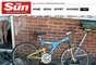 Vendedor fotografa bicicleta na área externa e flagra, dentro da casa, uma pessoa sem rouba íntima