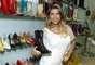 Durante a visita, Ana Paula experimentou diversos modelos de sapatos, sandálias e botas