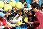 Y es que las estrellas del tenis mundial, además de brillar en las canchas, han tenido que firmar muchos autógrafos, como el suizo Roger Federer, quien también ha posado para muchas fotos.