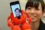 O brinquedo também exibe o rosto de pessoas na tela do iPhone