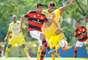 Cáceres disputa bola no empate do Flamengo