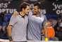 Federer e Tsonga se abraçam depois da partida, que durou três horas e 34 minutos
