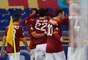 Jogadores da Roma comemoram gol de Destro