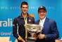 Ator e diretor americano Kevin Spacey sorri em foto ao lado do sérvio Novak Djokovic. Tenista conquistou o quarto título do Aberto da Austrália ao superar o britânico Andy Murray na final do torneio, no último domingo