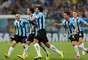Jogadores do Grêmio comemoram gol de Elano, que deu a vitória ao Grêmio sobre a LDU; nos pênaltis, o time gaúcho garantiu sua classificação