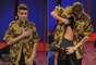 Justin Bieber como parte la promoción que realiza de su nuevo disco 'Believe Acoustic', tuvo una participación especial en el programa 'Late Night with Jimmy Fallon'. Durante su aparición en el reconocido show, que se transmite desde la ciudad de Nueva York, el cantante canadiense, además de hacer bromas con el conductor y besar a una muñeca, mostró la parte más preciada de su cuerpo: sus abdominales de acero, con lo que cumplió el sueño de las millones de jovencitas que se mueren por él. Vacílate las tomas más destacadas de Bieber a continuación.