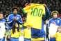 Antes do jogo entre Inglaterra e Brasil, Ronaldinho foi homenageado por causa dos 100 jogos que completou pela Seleção