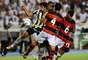 Bruno Mendes tenta passar pela marcação do Flamengo