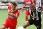 Gilberto Silva disputa bola durante duelo