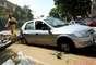 Até um carro, que ficou atolado na calçada do estádio depois de ser arrastado por quase 100 m, atrapalhava os trabalhos dos funcionários