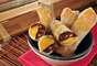 Rolinho de banana e chocolate leva massa folhada e canela na receita