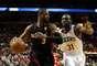 Dwyane Wade tenta jogada durante nova vitória do Heat na NBA