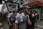 Os manifestantes pedem a libertação dos 12 corintianos que estão presos na Bolívia desde o dia 20 de fevereiro, sob acusação de envolvimento com a morte do jovem Kevin Beltrán, de 14 anos, ocorrida na partida contra o San José pelam, em Oruro, pela Taça Libertadores da América