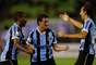 Jogadores comemoram gol de Elano, que abriu o placar da partida entre Grêmio e Caracas