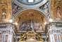 """""""Oren por el Papa"""", les pidió en italiano, tal como solicitó la víspera a la muchedumbre entusiasmada congregada en la plaza de San Pedro, un gesto sorprendente, casi una revolución para el líder de la Iglesia de 1.200 millones de católicos, al pedir al mundo que bendiga a su obispo y no impartiendo la bendición al mundo."""