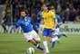 Filipe Luis divide a bola com Andrea Pirlo