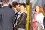 La actriz combinó el 'look' chándal con la camiseta transparente con botas de cowboy. La chica Bond llevó una bufanda de color gris en el cuello para protegerse del frío.