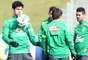 Diego Costa participa de aquecimento com bola com restante da Seleção Brasileira