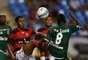 Elias tenta passar porrival durante confronto entre Flamengo e Boavista