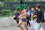 Vestindo apenas cueca e com uma máscara sobre a cabeça, cobrindo seu rosto, jovem participa de trote em São Paulo. Na manhã da última quarta-feira (20), ele teve de atravessar a Avenida Paulista agindo de maneira irreverente. Confira, nas imagens a seguir, alguns trotes polêmicos feitos para receber calourosem universidades brasileiras neste ano