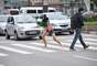 Ele esperou o semáforo fechar e, no meio da faixa de pedestres, corria de um lado para o outro abordando pessoas