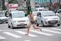 Em trajes sumários e escondido sob a máscara, o estudante chamou a atenção de pedestres e motoristas na Avenida Paulista