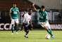 Leandro tente jogada no Pacaembu em partida contra o Linense