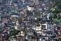 RocinhaMaior favela do Brasil, a Rocinha é uma verdadeira cidade dentro do Rio de Janeiro, com cerca de 70 mil habitantes e todo tipo de serviço. A comunidade mostra o Rio de um jeito diferente e ilustra o momento de pacificação vivido nos últimos anos