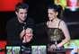 Para el 2010 la entonces pareja del oro del cine, Kristen Stewart y Robert Patinson, disffrutabvan llevarse un montón de estos premios. Si te fijas, en esta oportunidad jugaron con los colores iridiscentes para darle un toque sicodélico.