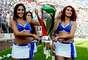 En el duelo de Cruz Azul, las porristas tuvieron el honor de cargar el trofeo de campeones de Copa.