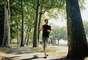AnsiedadeUma forma comprovada de aliviar a ansiedade é com exercícios cardiovasculares, segundo Michael Otto, coautor do livroExercise for Mood And Anxiety.Aposte em atividades, como corrida, no começo de um dia agitado ou para relaxar no fim dele