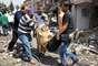 11 de maio - Grupo de voluntários carrega mulher ferida em explosão na Turquia