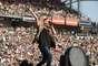 Avril Lavigne se apresentou em um evento da rádio Kiis, na Califórnia, e chamou a atenção por estar com uma barriga saliente, reforçando os rumores de que estaria grávida