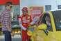 O brasileiro Felipe Massa participou neste sábado de um evento da Ferrari na Polônia e pilotou um carro de Fórmula 1 pelas ruas de Varsóvia. Ele também atuou como frentista e abasteceu um carro com o combustível de uma empresa parceira da escuderia italiana