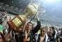 Goleiro Victor ergue o troféu do Mineiro