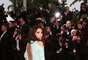 """A atriz Eva Longoria está linda com esse vestido, mas o que ela mais quer é transparecer sexy. E conseguiu com essa pose de costas e lordose acentuada. O que não dá para perceber, mas os fotógrafos estão tentando ver é que ela não usou calcinha com o vestido. Como """"quase"""" foi publicado nos sites internacionais"""