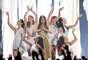 """Acompañada de una legión de bellas bailarinas, Selena Gómez llenó de sensualidad la tarima para cantar su nuevo sencillo """"Come And Get It""""."""