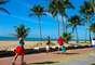 Praia de Boa ViagemPrincipal praia de Recife, a praia de Boa Viagem tem sete quilômetros de extensão. Protegida por uma barreira de recifes que aparece durante a maré baixa, a praia é ponto de encontro dos habitantes da cidade