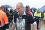 Herói da final, holandês Arjen Robben passa pela pista do aeroporto com a taça do título