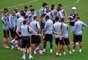 Antes do treinamento, Abel Braga reuniu os jogadores para uma conversa