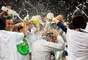 """Jogadores japoneses festejam e dão um """"banho"""" no treinador Alberto Zaccheroni após a classificação"""